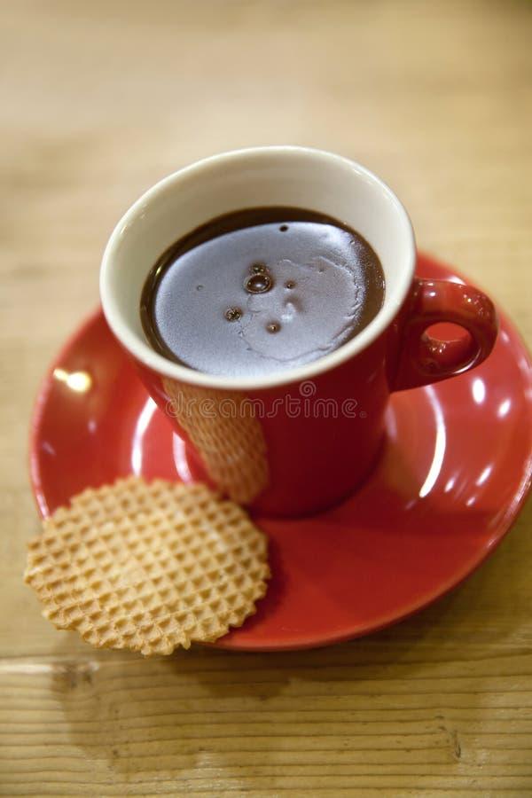 Varm choklad i en röd kopp royaltyfri foto