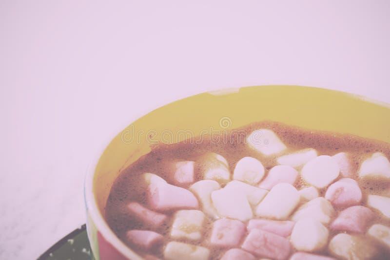Varm choklad i ett Retro filter för ljus färgglad kopptappning royaltyfria foton