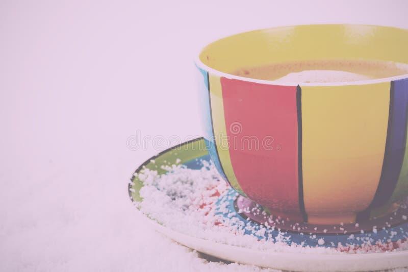 Varm choklad i ett Retro filter för ljus färgglad kopptappning royaltyfria bilder