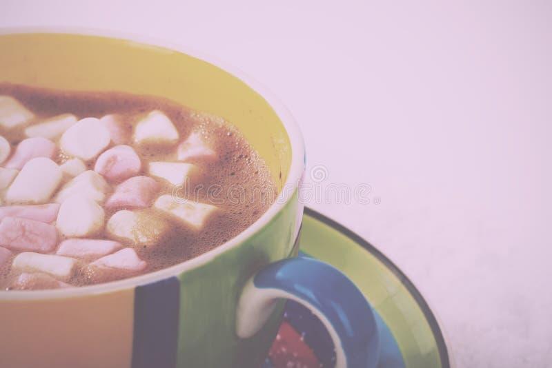 Varm choklad i ett Retro filter för ljus färgglad kopptappning royaltyfri bild