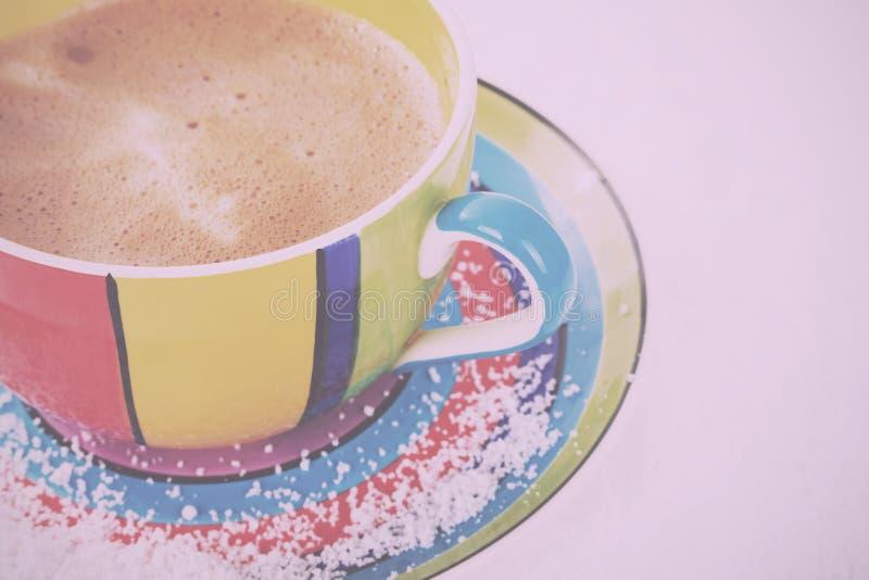Varm choklad i ett Retro filter för ljus färgglad kopptappning arkivfoto