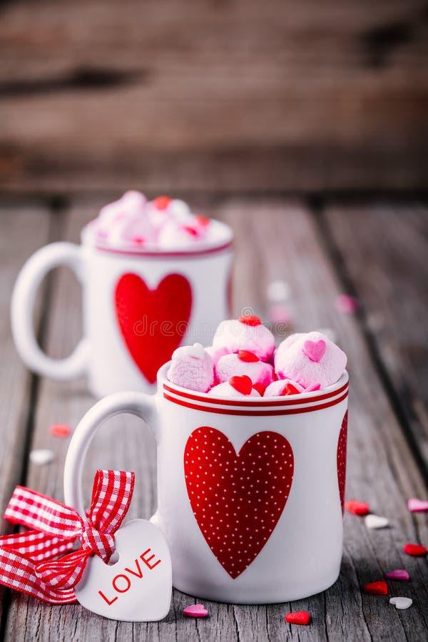 Varm choklad med den rosa marshmallowen rånar in med hjärtor för valentindag royaltyfria foton