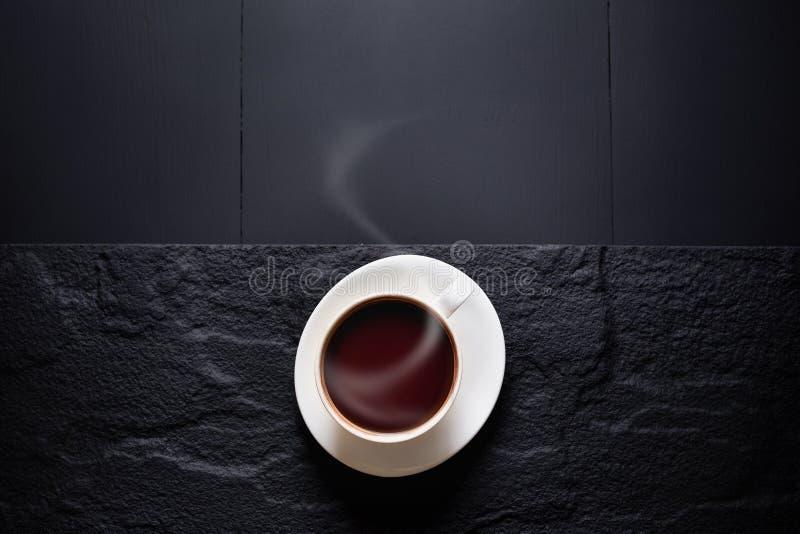 Varm choklad och kakaofröskidan klippte exponering av kakaofrö på mörk flik royaltyfri fotografi