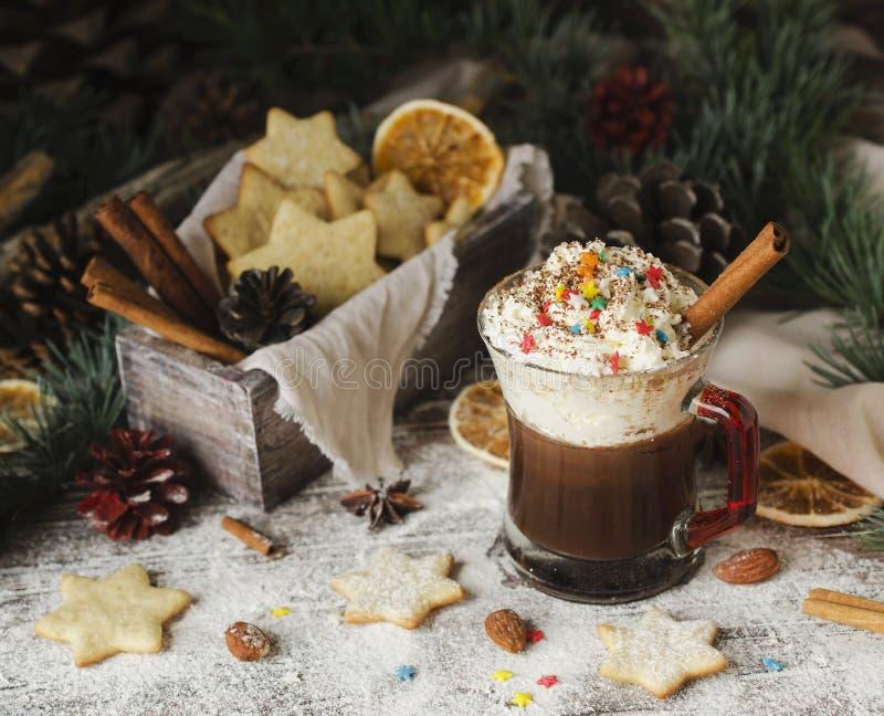 Varm choklad och ljust rödbrun bröd, jul eller nytt år royaltyfri foto