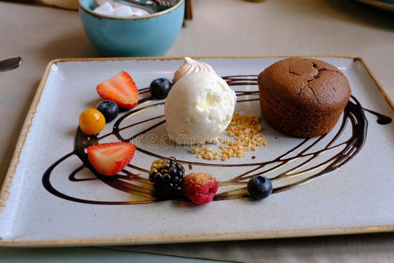 Varm chokladfondant med glass Choklad Lava Cake p? den vita plattan royaltyfri fotografi