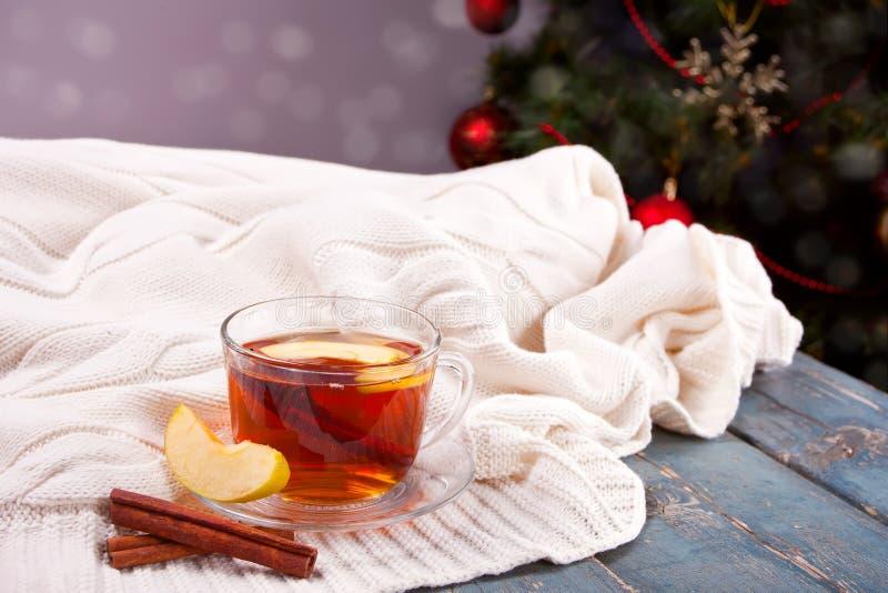 Varm drink av äpplete med den kanelbruna pinnen, stjärnaanis och kryddnejlikan Säsongsbetonad stansmaskin i kopp på träbakgrund arkivbilder