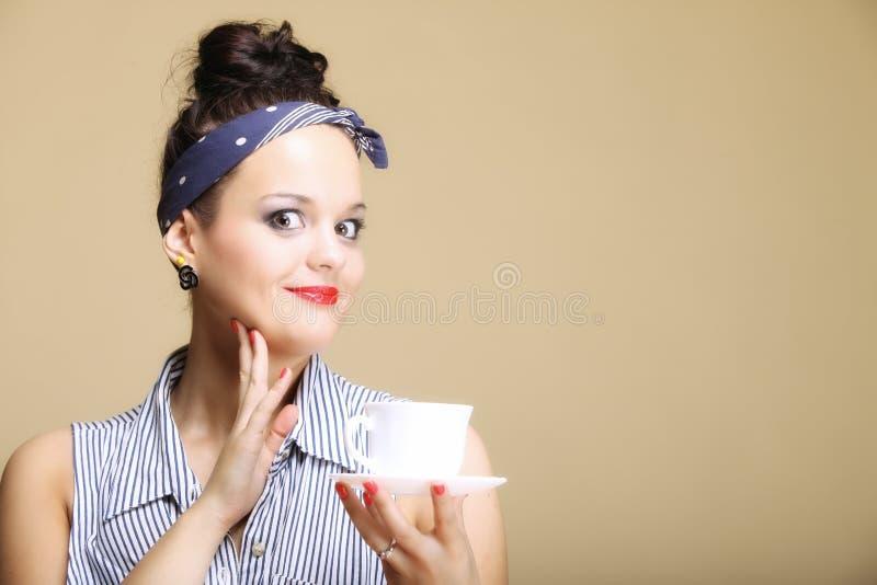 Varm dryck. Hållande te för Retro kvinna eller kaffekopp royaltyfria foton