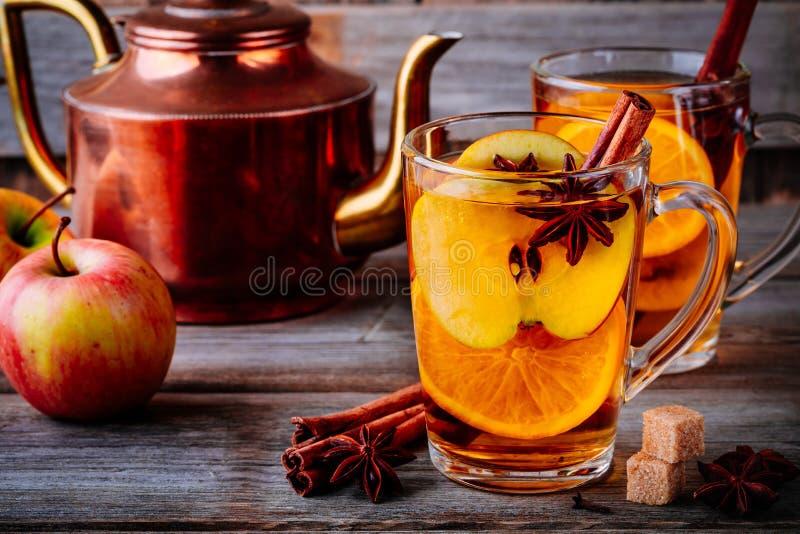 Varm funderad äppelciderdrink med den kanelbruna pinnen, kryddnejlikor och anis arkivfoton