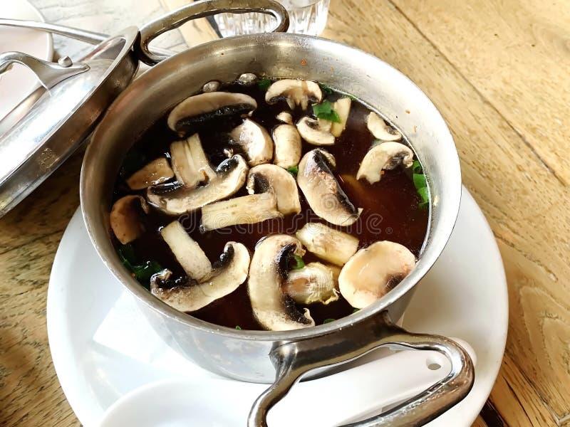 Varm japansk soppa med champinjoner, nudlar och tofuen royaltyfria foton