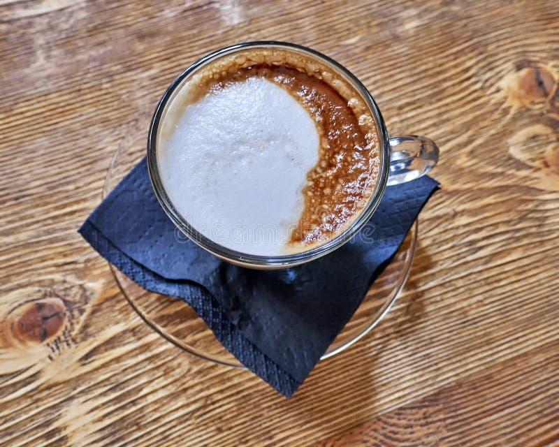 Varm kaf?lattekopp p? tr?tabellen, utrymme f?r att skriva royaltyfria foton