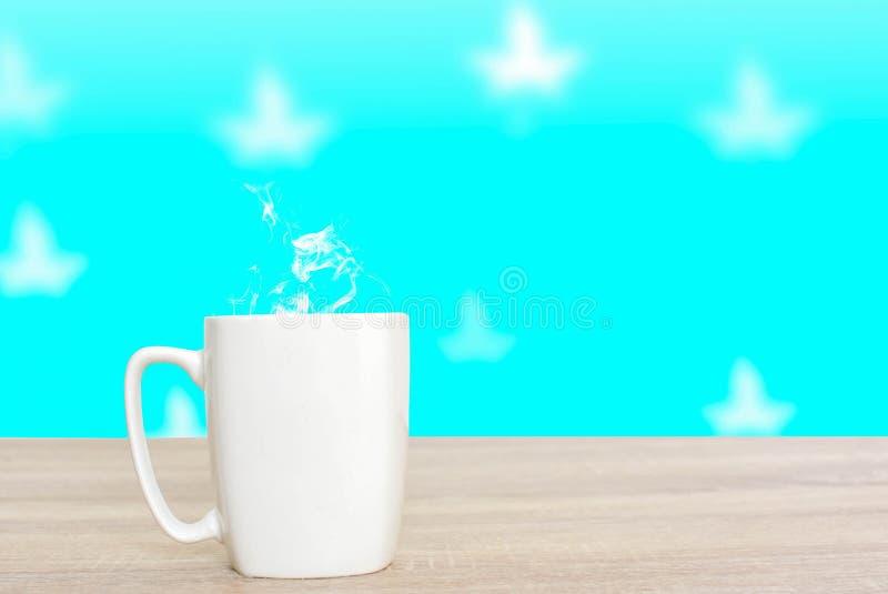 Varm kaffe som är ljusa - grön himmel och vita moln royaltyfri foto
