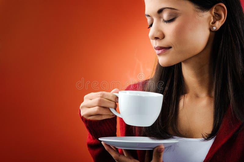 Varm kaffekvinna royaltyfri fotografi