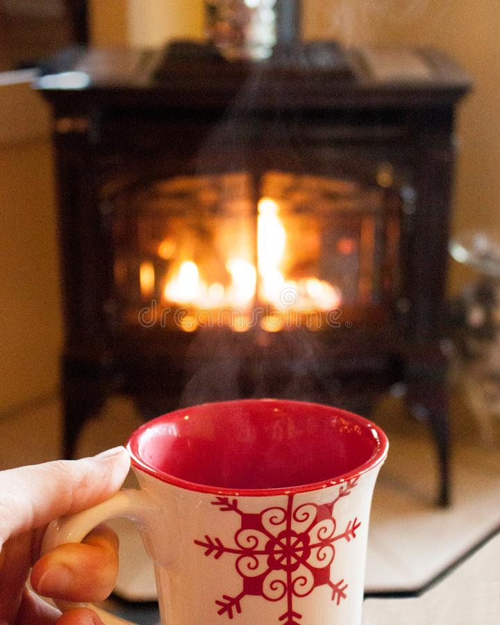 Varm kakao vid spisen fotografering för bildbyråer