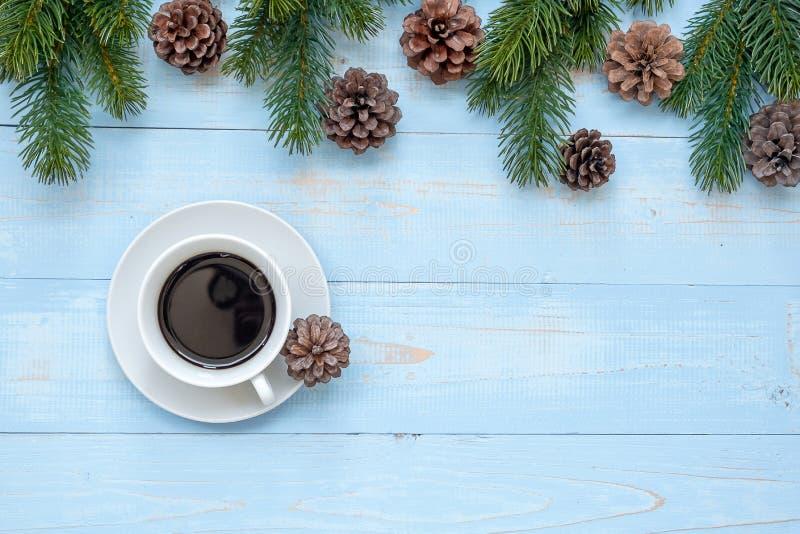 Varm kopp för svart kaffe med julgarnering, lyckligt nytt år och Xmas royaltyfria bilder