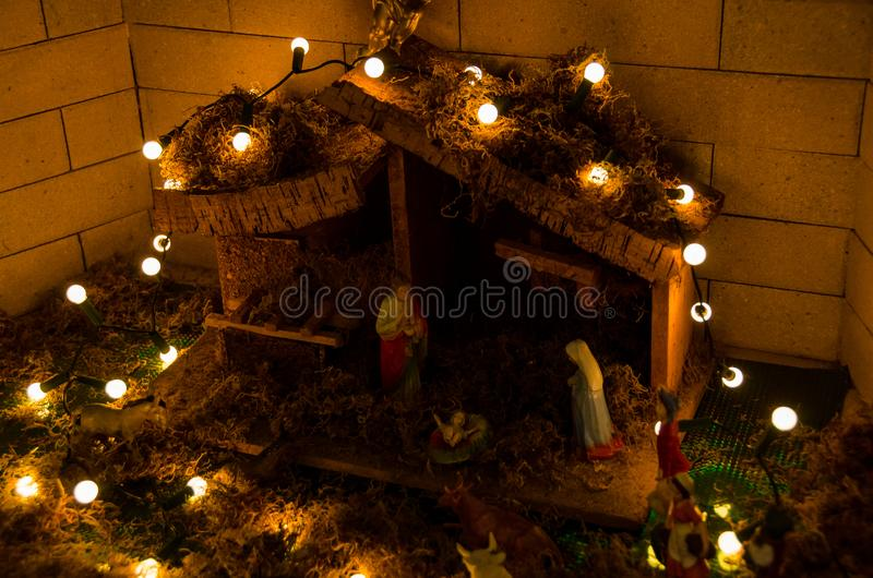 Varm kristen julkrubba, krubba med religiösa statyetter arkivfoton