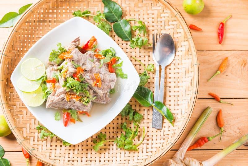 Varm kruka för kryddig extra- grisköttryggrad eller för varm och kryddig grisköttryggrad fotografering för bildbyråer