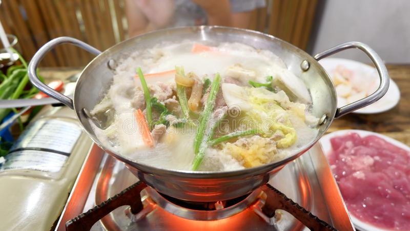 Varm kruka med klar soppa royaltyfria bilder