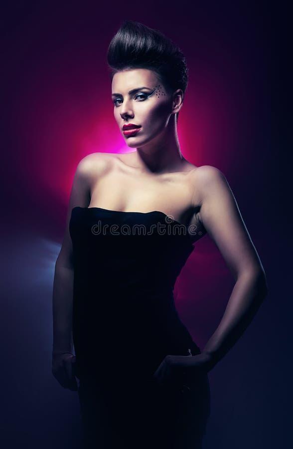 Varm kvinna med röda kanter i mörkt magentafärgat royaltyfri foto