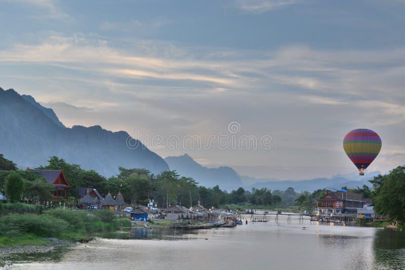Varm luft som balooning på solnedgången Vang Vieng laos fotografering för bildbyråer