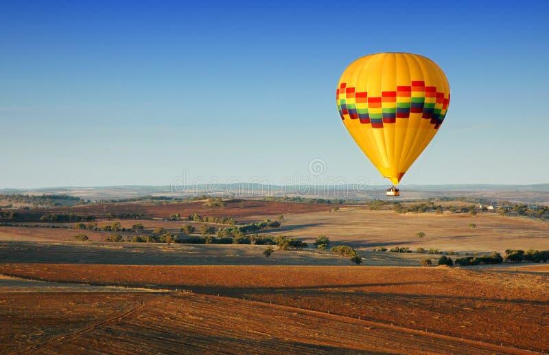 varm luftballongflygande royaltyfri fotografi