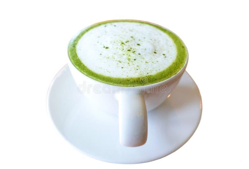 Varm matchalatte för grönt te i den vita koppen, dryck med mjölkar isolerat på vit bakgrund arkivfoton