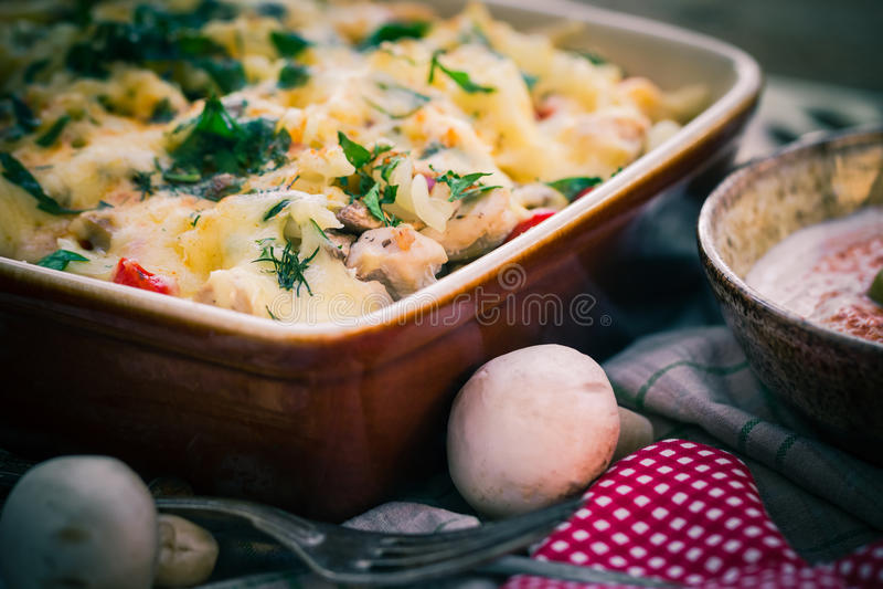 Varm maträtt bakade makaronihönachampinjoner royaltyfria bilder