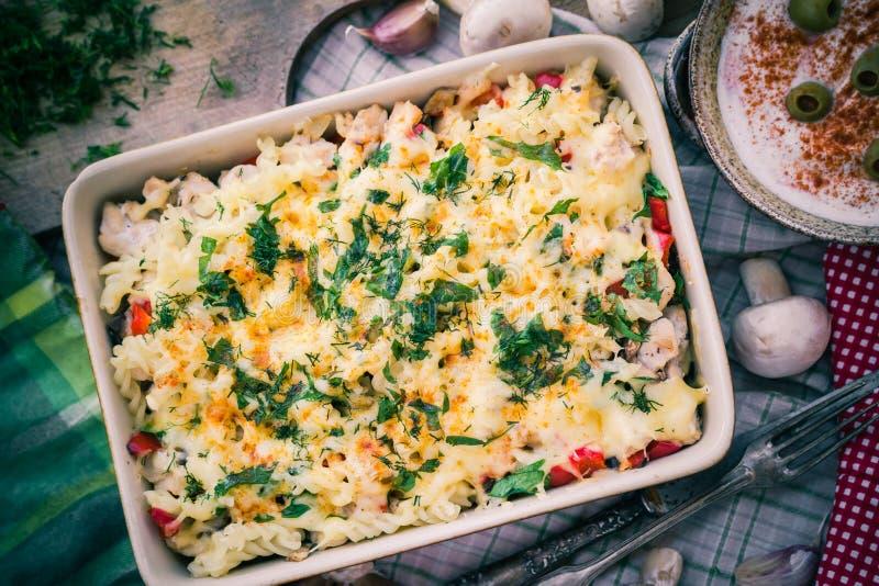 Varm maträtt bakade makaronihönachampinjoner fotografering för bildbyråer