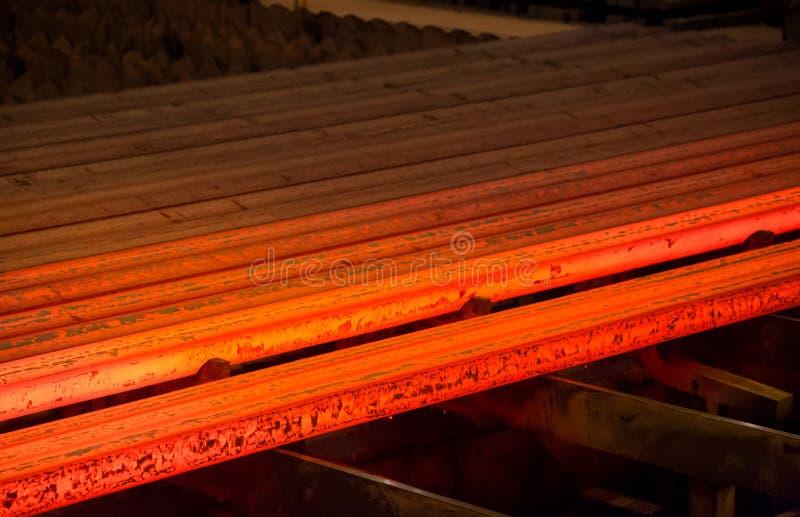 Varm metall som är röd på en mörk bakgrund manufacture stål royaltyfria foton