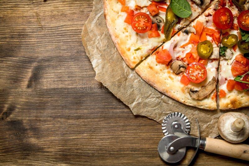 Varm mexicansk pizza trägrund tabell för djupfält royaltyfri bild