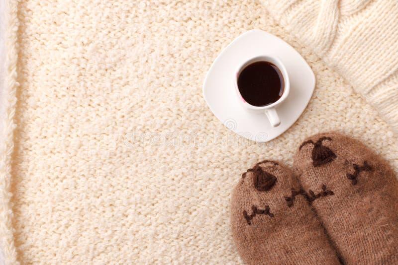 Varm mjuk filt, kopp av varmt espressokaffe, woolen sockor Stilleben för slags tvåsittssoffa för vinternedgånghöst Lat helgmorgon royaltyfri fotografi