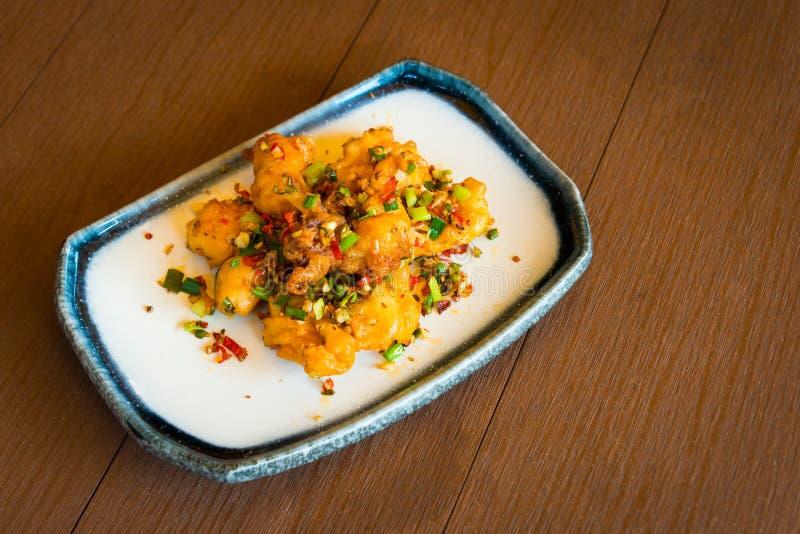 Varm och kryddig thailändsk matstil för stekt tioarmad bläckfisk arkivfoto