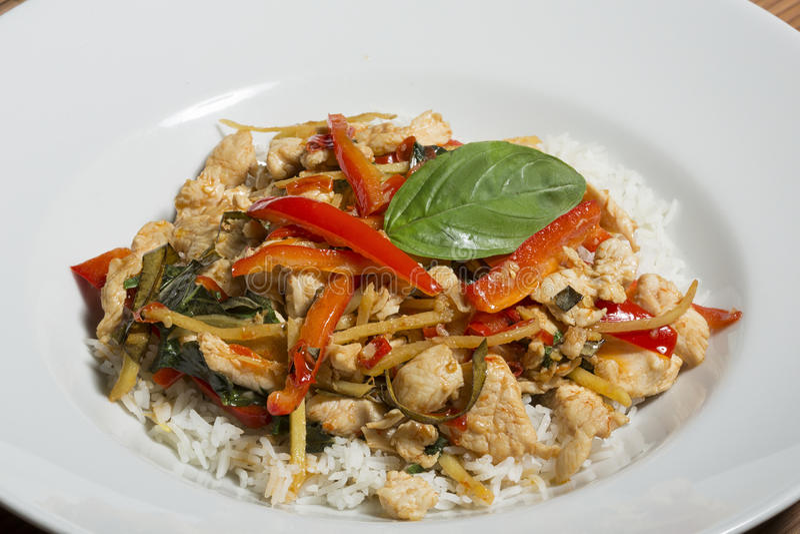 Varm och kryddig uppståndelsesmåfisk för thailändsk mat - med grönsaker och höna arkivfoto