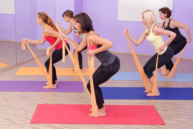 VARM pilatesgrupp för aerobics royaltyfria foton