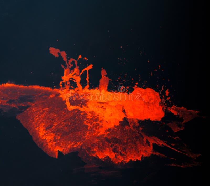 Varm, röd smält lava bubblar till yttersidan i Hawaii arkivbilder