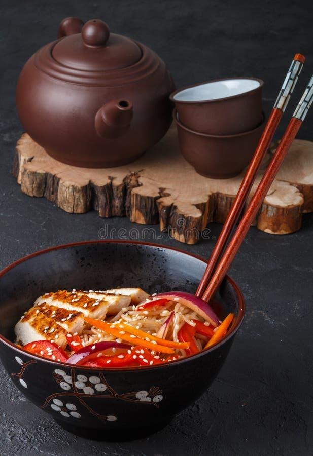 Varm sallad av risnudlar med nya grönsaker och stekt kyckling royaltyfri foto