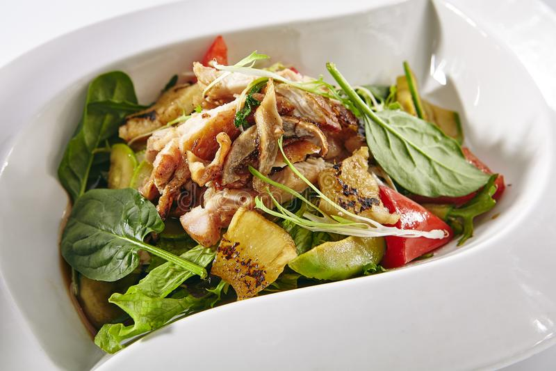 Varm sallad med höna, grönsaker och ananas royaltyfria foton