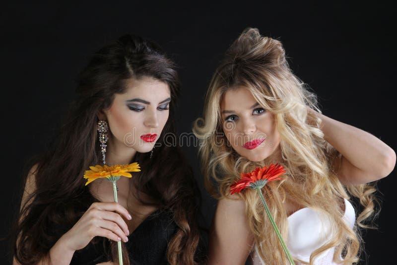 Varm sexig kvinnlig två i damunderkläder med blommor arkivbilder