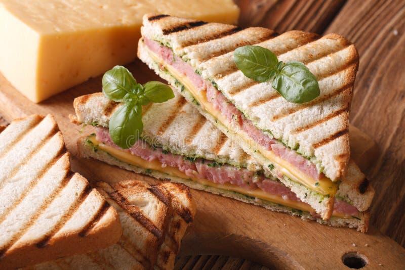 Varm smörgås med skinka-, ost- och basilikanärbild royaltyfri foto