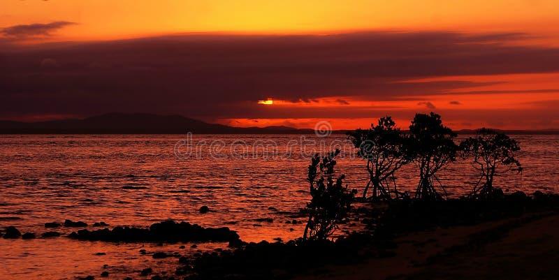 Varm solnedgång över havet arkivfoton
