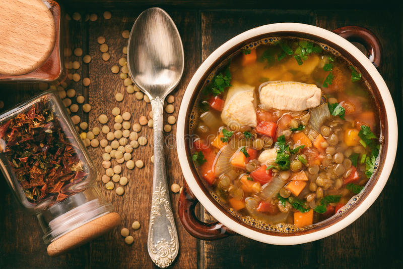 Varm soppa med den gröna linsen, höna, grönsaker och kryddor royaltyfri bild