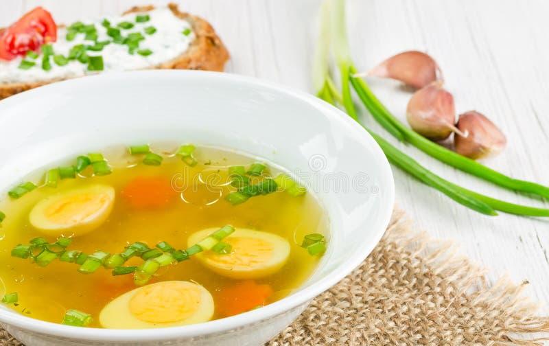 Varm soppa med det kokta ägget arkivbilder