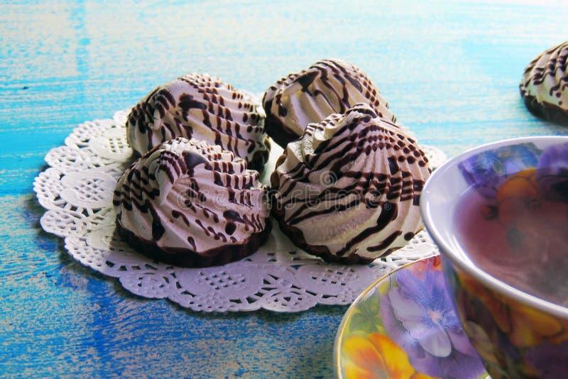Varm te och kexMARÄNG arkivfoto
