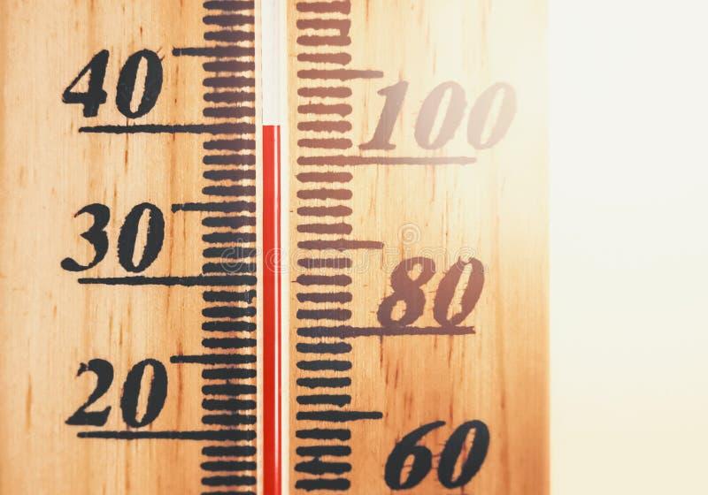 Varm temperatur som visas på termometern royaltyfri bild