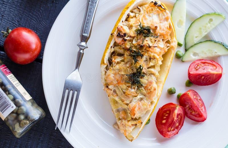Varm välfylld zucchini med höna och grönsaker arkivfoto