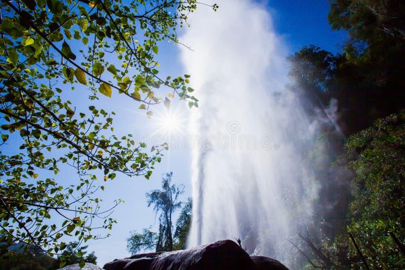 Varm vår och soligt på ljust - blå himmel av sommar, kottegeyser med varmvatten och ånga Doi PA Hom Pok National Park, huggtand,  royaltyfria bilder