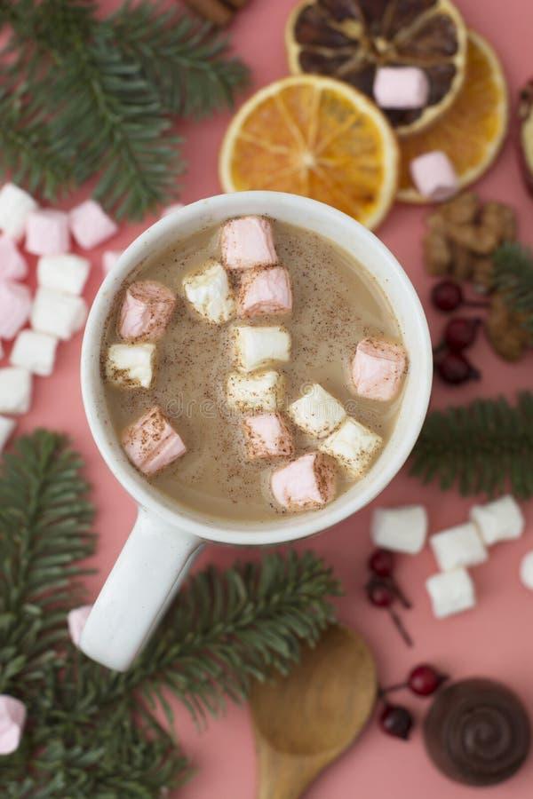 varm vinter för drink Jul varm choklad eller kakao med marshmallowen som är oncoral eller som är rosa med julgarneringar Bästa si arkivbild