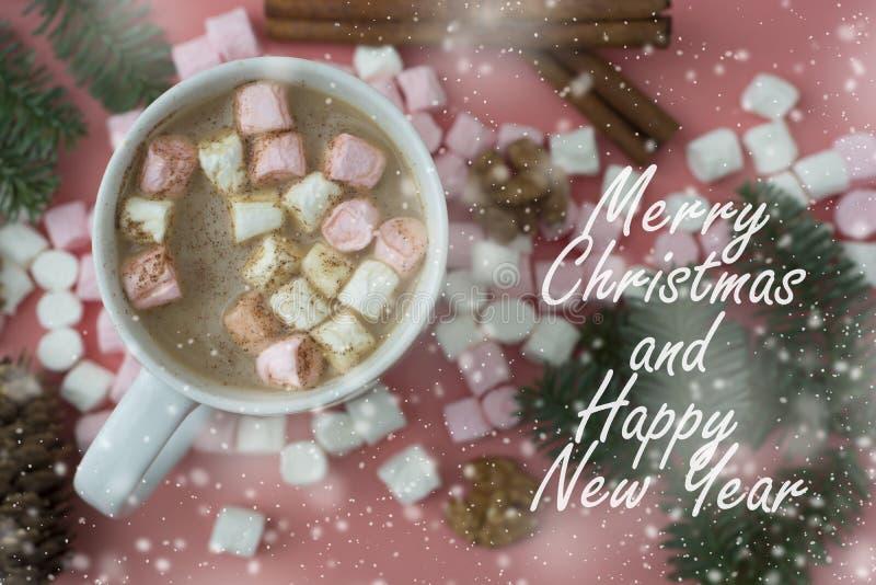 varm vinter för drink Jul varm choklad eller kakao med marshmallowen som är oncoral eller som är rosa med julgarneringar Bästa si fotografering för bildbyråer