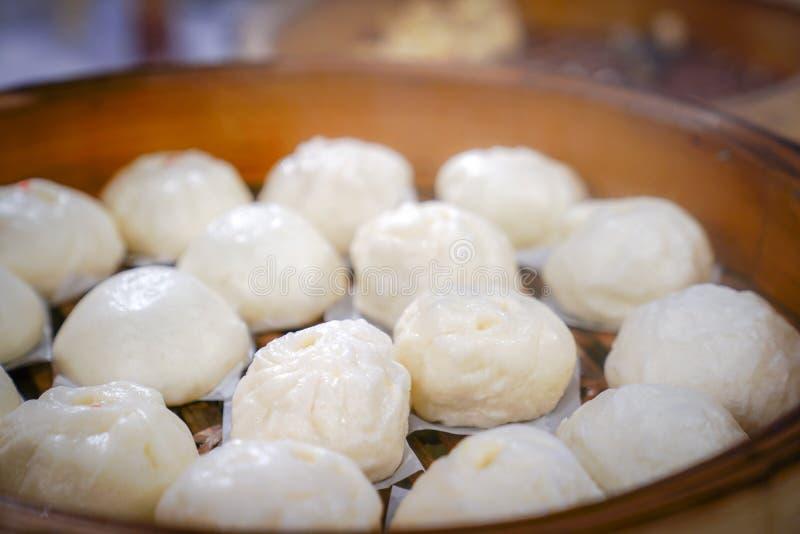 Varma asiatiska ?ngabullar, i att ?nga bambu arkivfoton