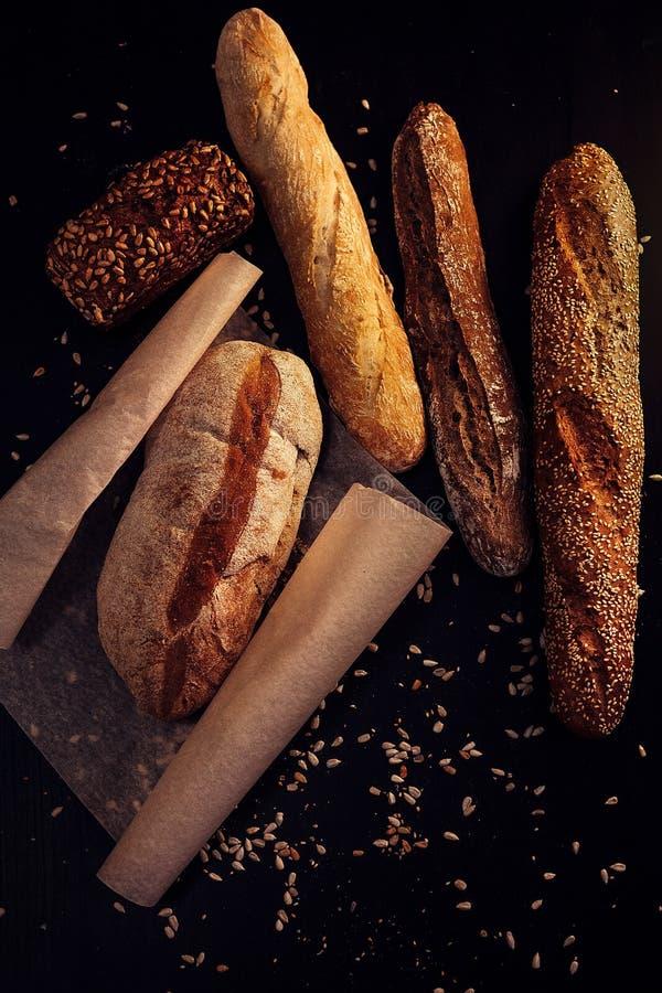Varma bröd och bagetter från bagerit royaltyfria foton