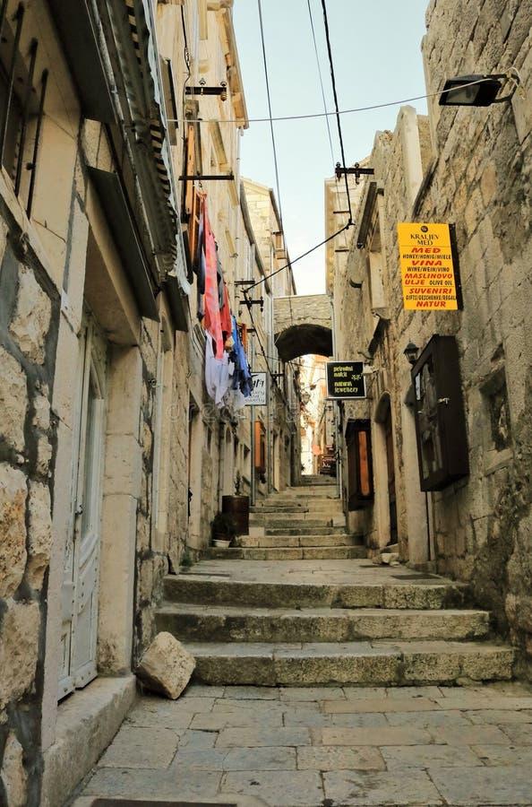 Varma gamla stadsgator på ön av Korcula i Kroatien arkivfoton